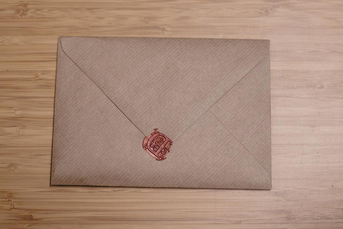 Hochzeitseinladungen selbst basteln (Kraftpapier und Wasserfarben)