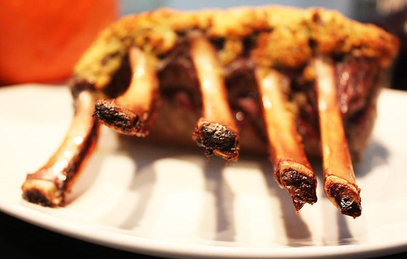Rezept: Hirschkarree mit Knoblauchkräuterkruste selber machen