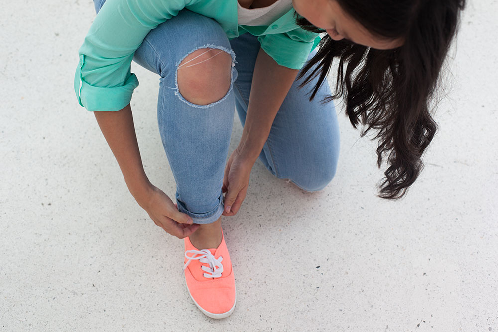 mint bluse peach sneaker ripped jeans (2)