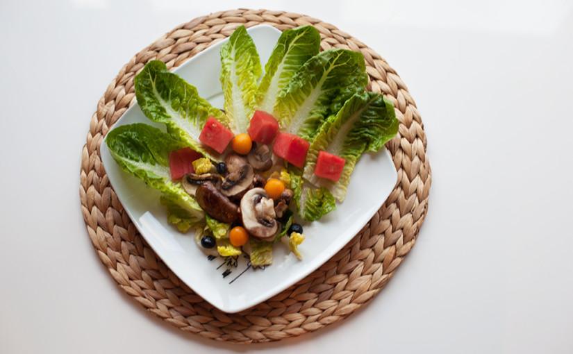 Rezept: Salat mit Wassermelone und warmen Champignons